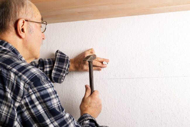エコカラットを貼った壁に絵を飾る